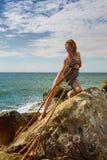 Corde de tractions de femme de la mer après un naufrage photo libre de droits