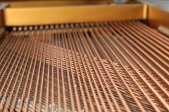 Corde del pianoforte a coda, giocanti musica Fotografia Stock Libera da Diritti