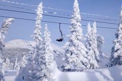 Corde dell'ascensore di sci, cabina di funivia funicolare con la cabina aperta sulle sedere immagine stock libera da diritti