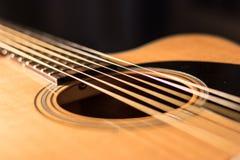 Corde della chitarra acustica ed estratto del risuonatore fotografie stock libere da diritti