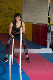 Corde di combattimento della donna di forma fisica all'esercizio di allenamento della palestra Immagini Stock Libere da Diritti