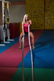 Corde di combattimento della giovane donna all'esercizio di allenamento della palestra Fotografie Stock Libere da Diritti