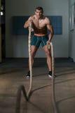 Corde di combattimento di forma fisica all'esercizio di forma fisica di allenamento della palestra Fotografia Stock