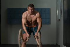Corde di combattimento di forma fisica all'esercizio di forma fisica di allenamento della palestra Fotografie Stock