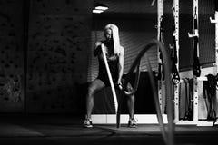 Corde di combattimento di forma fisica all'esercizio di forma fisica di allenamento della palestra Immagine Stock Libera da Diritti