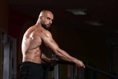 Corde di combattimento di forma fisica all'esercizio di forma fisica di allenamento della palestra Fotografie Stock Libere da Diritti
