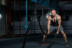 Corde di combattimento di forma fisica all'esercizio di forma fisica di allenamento della palestra Immagini Stock Libere da Diritti