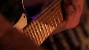 Corde di Touches Electric Guitar del chitarrista nella notte Antivari al flash stock footage