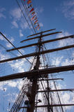 Corde e bandiere alte della nave Immagine Stock