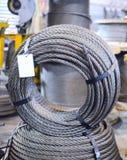 Corde en acier de grue enveloppée ensemble dans un anneau Photographie stock