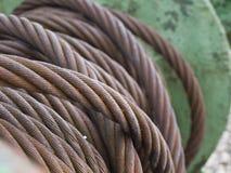 Corde en acier enroulée sur le métal vert Images libres de droits