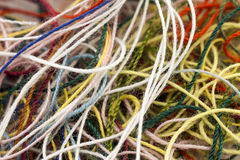Corde en soie embrouillée multicolore de fil de travaux d'aiguille colorés imper Photographie stock