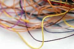 Corde en soie embrouillée multicolore de fil de travaux d'aiguille colorés imper Photos libres de droits