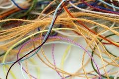 Corde en soie embrouillée multicolore de fil de travaux d'aiguille colorés imper Photos stock