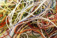 Corde en soie embrouillée multicolore de fil de travaux d'aiguille colorés imper Photo stock