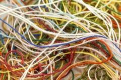 Corde en soie embrouillée multicolore de fil de travaux d'aiguille colorés imper Images stock