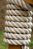 Corde enroulée autour d'une colonne en bois Photographie stock