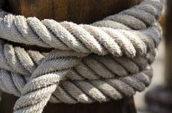 Corde enroulée autour du mât Photos libres de droits