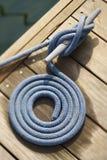 Corde enroulée sur le dock Images libres de droits