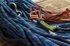 Corde et équipement s'élevants sur les conseils en bois Photo stock