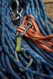 Corde et équipement s'élevants sur les conseils en bois Image stock