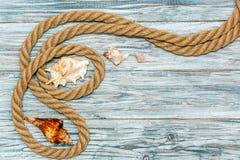 Corde et étoiles de mer marines sur les conseils blancs Photographie stock