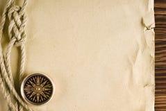 Corde et boussole sur le vieux papier Photos libres de droits