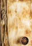 Corde et boussole sur le vieux papier Photographie stock libre de droits