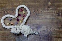 Corde et fleurs en forme de coeur sur le bois Décor de jour du ` s de Valentine Images stock