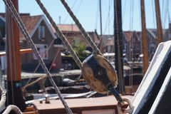Corde et pièces historiques de bateau de pêche, avec la toile d'araignée image libre de droits
