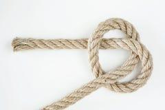 Corde lâchement nouée coupée de frange d'isolement sur le fond blanc Photo stock
