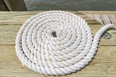 Corde lovée de bateau sur le dock de l'Allis-île, New York, Etats-Unis photographie stock libre de droits