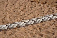 Corde naturelle épaisse sur le fond du sable image libre de droits