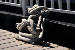 Corde nouée à un pilier Avec la borne Photo libre de droits