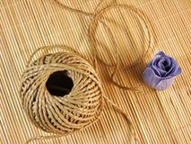 Corde organique de chanvre avec du savon de papier sur la table en bambou Images libres de droits