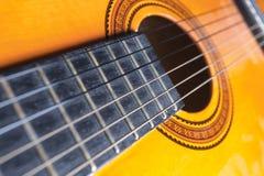 Corde, rosa e tavola armonica di una chitarra Immagine Stock