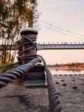 Corde rouillée de borne dans le port Images libres de droits