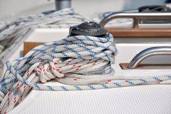Corde s'enveloppant sur le poteau d'amarrage de yacht Photos libres de droits