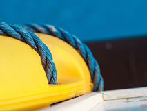 Corde tordue bleue sur la bouée de sauvetage jaune, macro, peu profond département de champ image libre de droits