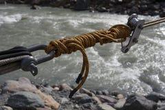Corde traversant une rivière de montagne Photos libres de droits