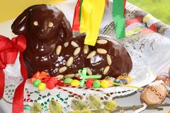 Cordeiro 25 da Páscoa do chocolate com opinião da parte superior da decoração dos ovos da páscoa Foto de Stock