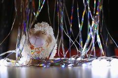 Cordeiro do brinquedo e serpentina brilhante Imagem de Stock Royalty Free