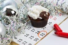 Cordeiro do queque com calendário como o simbol 2015 anos novos se isolou Imagem de Stock