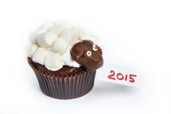 Cordeiro do queque como o simbol 2015 anos novos se isolou Fotografia de Stock Royalty Free