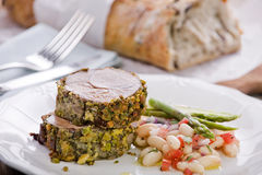 Cordeiro encrustado do Pistachio com salada do feijão do cannellini Fotos de Stock Royalty Free
