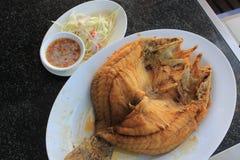 Cordelette frite avec de la sauce chili dans le plat bleu sur le fond en bambou, poisson frit de cordelette Photo stock
