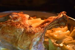 Cordero asado con las patatas cocidas al horno Imagen de archivo libre de regalías