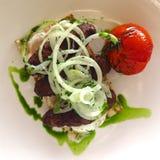 Cordero asado a la parrilla con la cebolla y el tomate en el pan Pita Fotografía de archivo