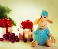 Cordero del juguete con las bolas de la Navidad Fotografía de archivo libre de regalías