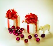 Cordero del juguete con las bolas de la Navidad Imagen de archivo